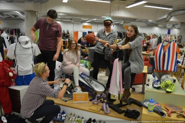Rakvere õpilased Sõbralt Sõbrale kauplust kujundamas. Foto Rakvere Põhikool.JPG