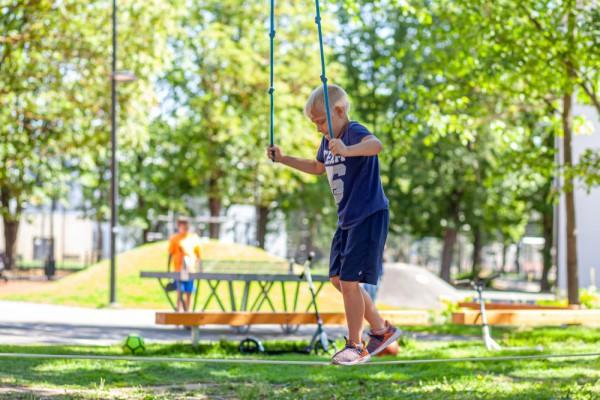 Tartu Mart Reiniku kooli liikuma kutsuv hoov. Foto autor Keit Kangro.jpg